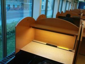 Mein Lieblingsarbeitsplatz in der Unibibliothek im Davis-Center. Wenn es noch nicht allzu spät ist, kann man prima aus dem Fenster gucken.