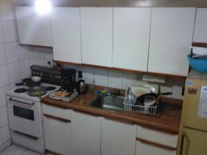 Küchenzeile mit Spüle und Herd