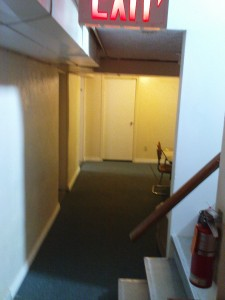 Flur von der Treppe aus Richtung Küche. Das letzte Zimmer links ist meins.