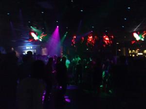 Revolution Nighclub mit sporadisch gefüllter Tanzfläche - Samstagabend eben