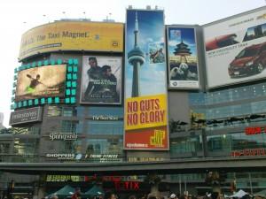 Dundas Square mit Werbung für den Edgewalk.