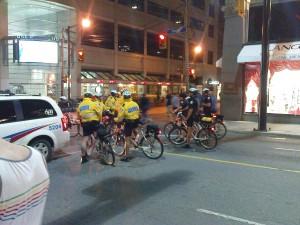 Fahrradpolizisten regulieren die Massen und haben alles im Griff.