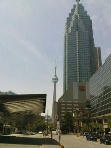 CN-Tower mit Hochhaus