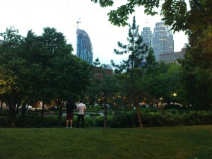 Park am Abend, im Hintergrund Downtown.
