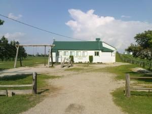 Die mit Abstand kleinste Schule die ich je gesehen habe. Ich tippe auf eine Mennonitenschule, weiss das aber nicht.