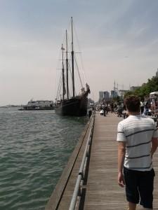 Evan und ein Segelboot. Das Segel ist aber nur Deko.