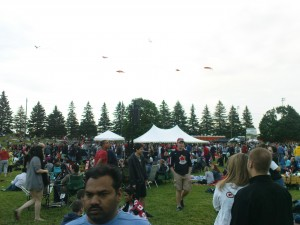 Drachen über der Festivalwiese.